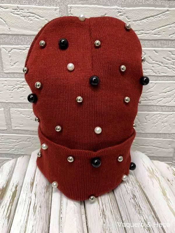 Gorrro-con-perlas-granate