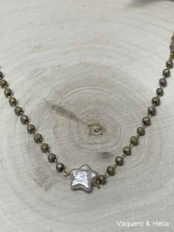 Collar-estrella-perla-con-acero-y-cordón-dorado-1