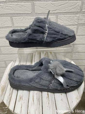 Zapatilla-lazo-pompón-gris-oscuro-2
