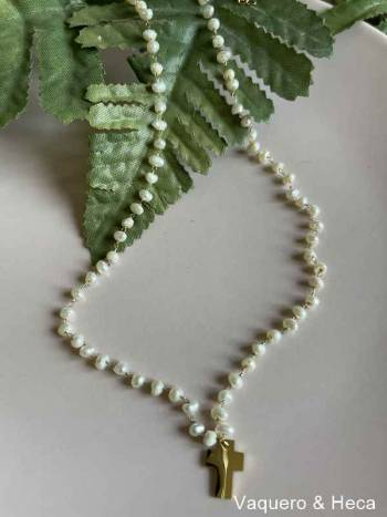 Collar-acero-dorado-perlas-cruz