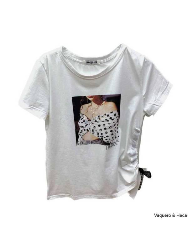 Camiseta-blanca-lazada-a-un-lado